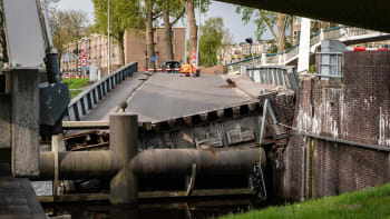 Cisternová loď s českým kapitánem zničila nizozemský most. Škody jsou obrovské