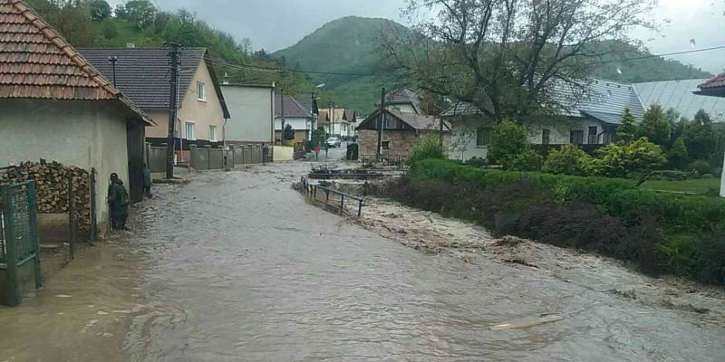 Jedna osoba zemřela na Slovensku při lokálních záplavách poté, co se u jedné z vesnic protrhla vodní nádrž.