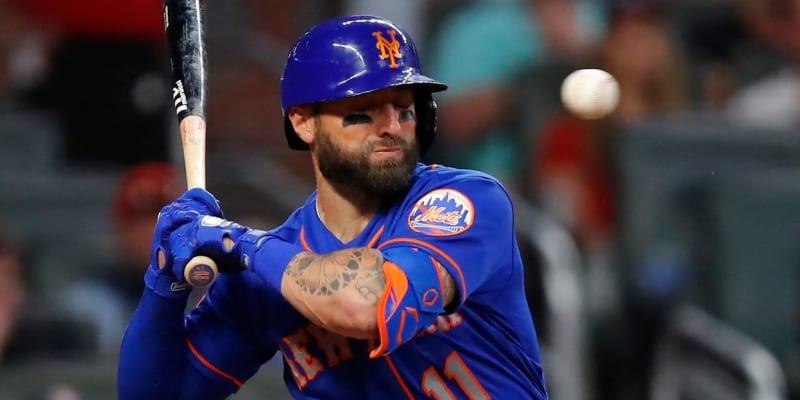 Fotografie ze zápasu Atlanty Braves s New Yorkem Mets. V okamžiku pořízení snímku dělí míček od obličeje Kevina Pillara tisíciny vteřiny.