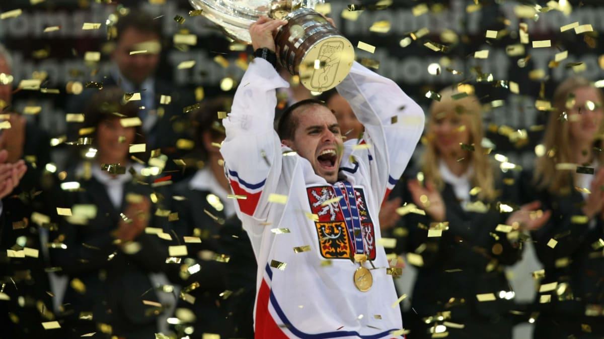 Tomáš Rolinek přebírá trofej pro mistry světa v roce 2010.