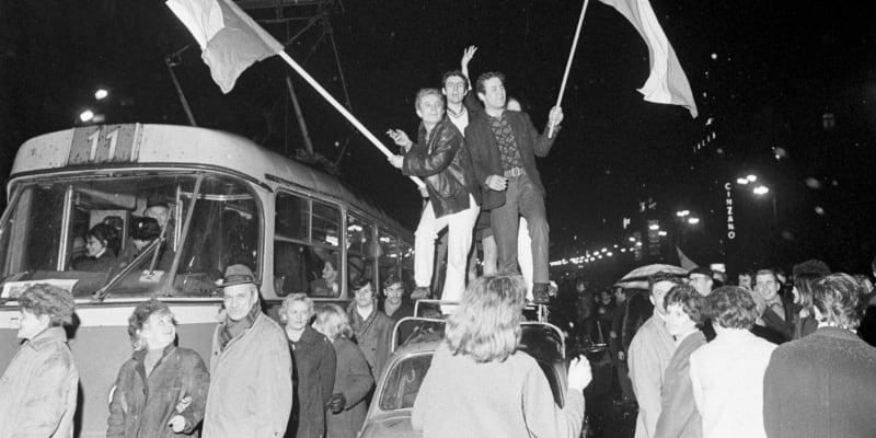 Václavské náměstí slaví vítězství nad SSSR na mistrovství světa ve Stockhlomu v roce 1969.