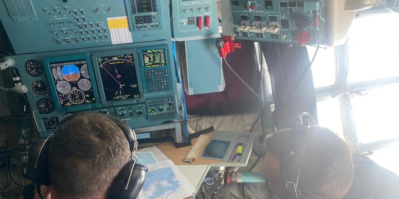 Uvnitř kokpitu nákladního letounu Iljušin Il-76