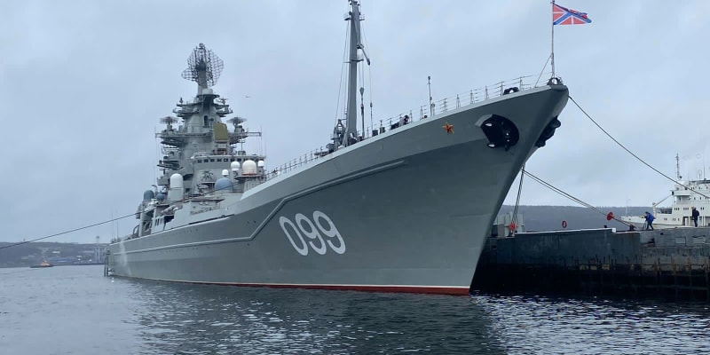 Ruský křižník Petr Veliký v doku v Severomorsku