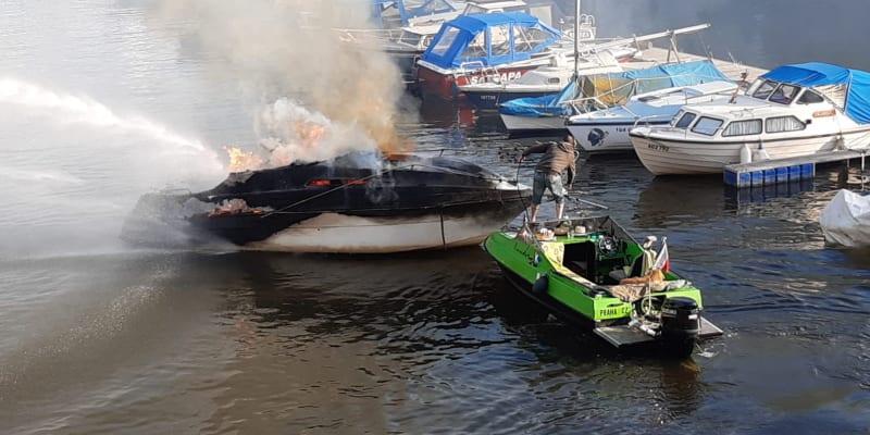 Požár lodi na Vltavě