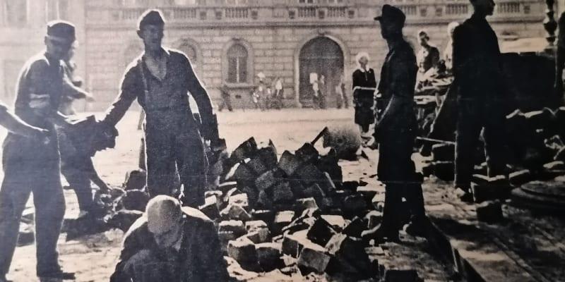 Pražští Němci při práci v centru města. Foto z časopisu Květnová revoluce, Melantrich 1945