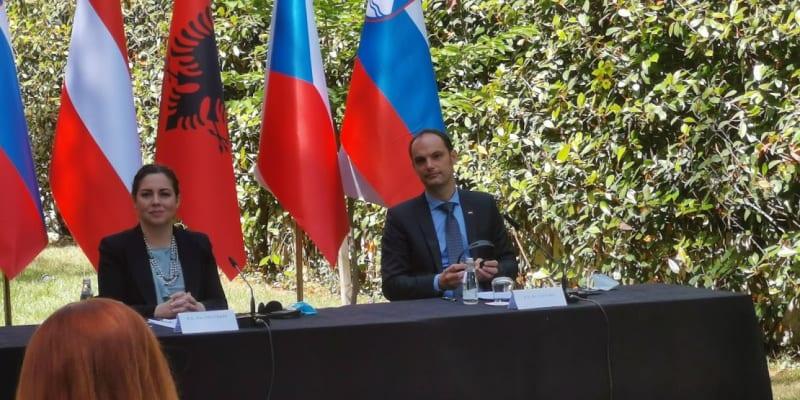 Ministry na tiskové konferenci v Tiraně překvapila želva.