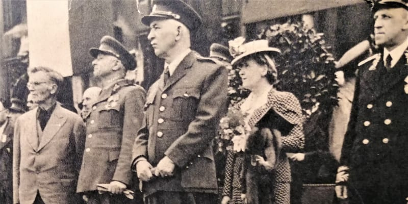 Internovaní němečtí civilisté v centru Prahy, stráží je takzvané Revoluční gardy. Foto z časopisu Květnová revoluce, Melantrich 1945