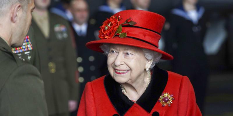 Královna Alžběta II. navštívila námořní základnu s broží darovanou princem Philipem.