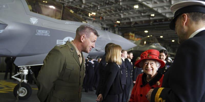 Královna Alžběta II. hovoří s vojáky před chystanou plavbou letadlové lodi.