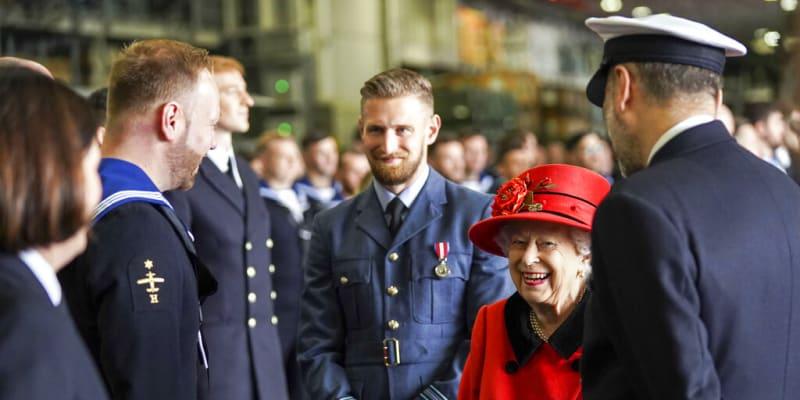 Královna Alžběta II. v hovoru s vojenskými důstojníky