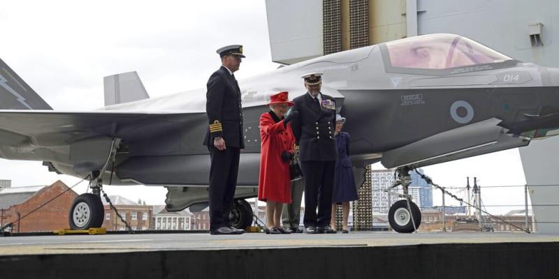 Královna Alžběta II. před stíhačkou Královského letectva