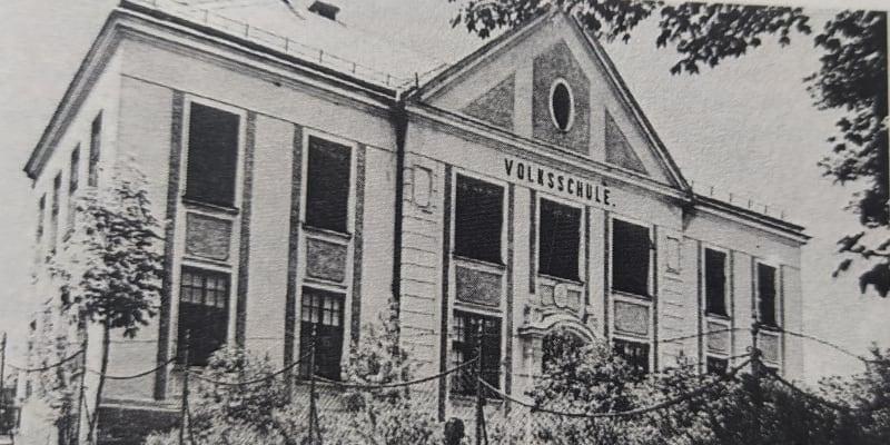 Německá obecná škola v Pavlově Studenci, kterou několik let navštěvoval i malý Max. (REPRODUKCE Z KNIHY PAULUSBRUNN, 1984)