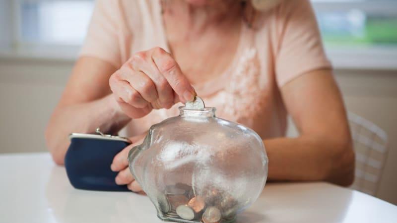 Důchodci dostanou 300 korun navíc. Čeká nás ekonomická katastrofa, zlobí se pravice