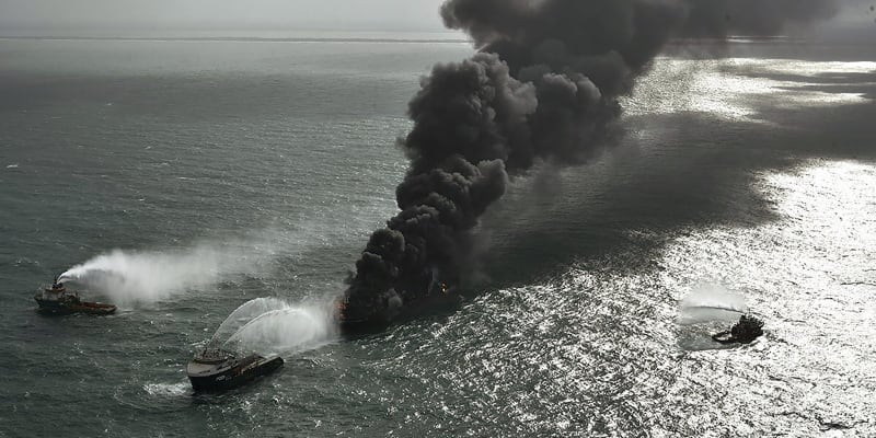 Námořníci se pokoušejí uhasit loď už deset dní v kuse.
