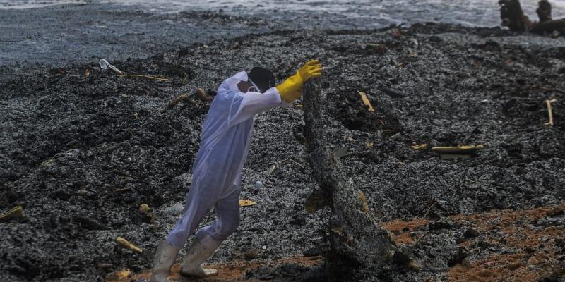 Na pobřeží se vyplavují silné vrstvy mikroplastů.
