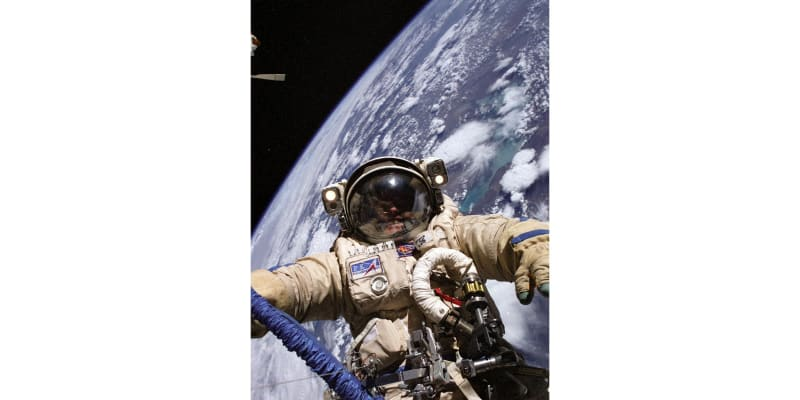Astronaut NASA Mike Fincke během výstupu do vesmíru v roce 2004