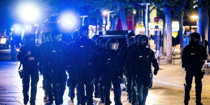 Policisté na místo museli přivolat posily.
