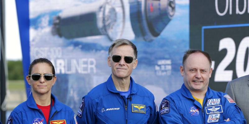 Astronautka NASA Nicole Mannová, astronaut Boeingu Chris Ferguson a astronaut NASA Mike Fincke budou členy týmu rakety Starliner.