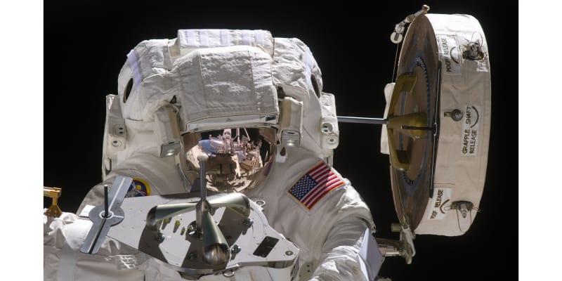 Astronaut NASA Mike Fincke během jednoho ze svých výstupů do vesmíru v roce 2011