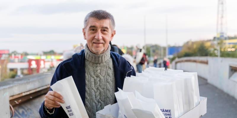 Premiér Andrej Babiš (ANO) při předvolební kampani v roce 2017 tradičně rozdával koblihy.