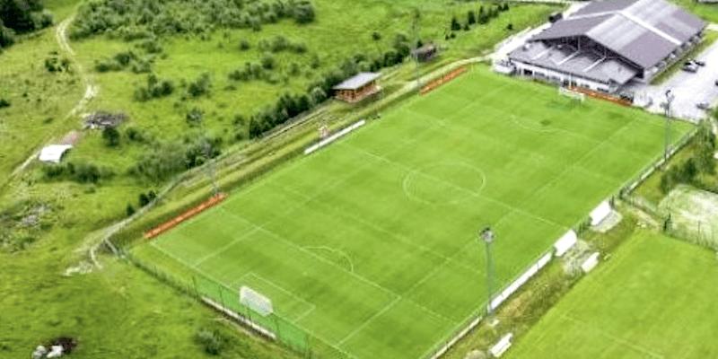 Letecký pohled na tréninkové hřiště v Jižním Tyrolsku, kde se připravuje česká fotbalová reprezentace.