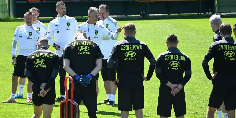 Trenér Jaroslav Šilhavý (v bílém uprostřed) udílí pokyny před tréninkem fotbalistů v Jižním Tyrolsku.