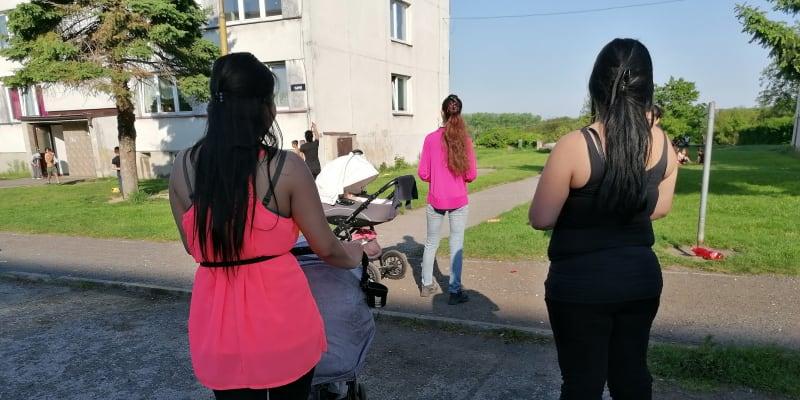 Romské maminky ve vyloučené lokalitě v Osblaze v okrese Bruntál se odmítají očkovat, ale nechtějí ani ukázat tváře.