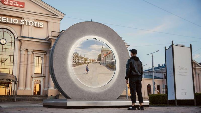 """Litvu a Polsko spojil """"teleport"""": Občané přes portál dohlédnou 600 kilometrů daleko"""
