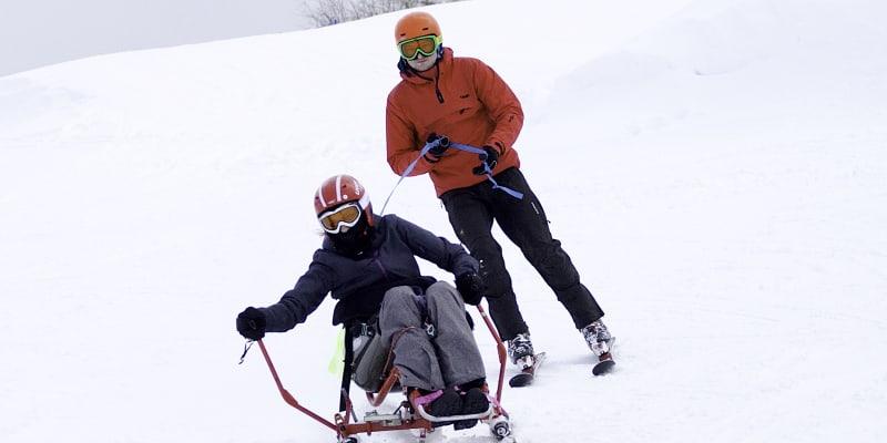 Michaela Krunclová se věnuje také lyžování, na snímku s Miroslavem Dobrovolným, koordinátorem Sportovního klubu vozíčkářů Praha.