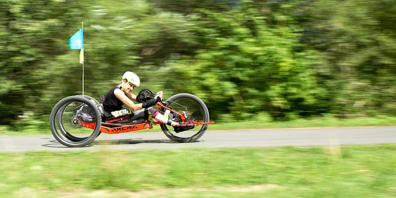 Michaela Krunclová uhání na svém speciálně upraveném kole – handbiku.