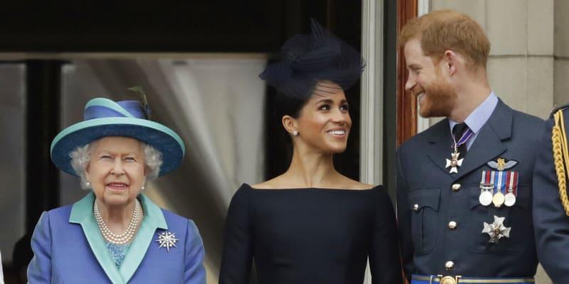 Královna Alžběta II. vedle Meghan Markleové a prince Harryho