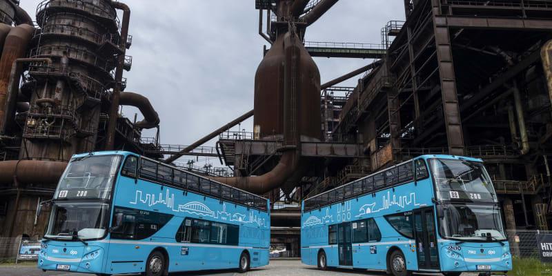 Dva patrové autobusy, tzv. doubledeckery link 88, které nově jezdí mezi Dolní oblastí Vítkovic a ostravskou ZOO.