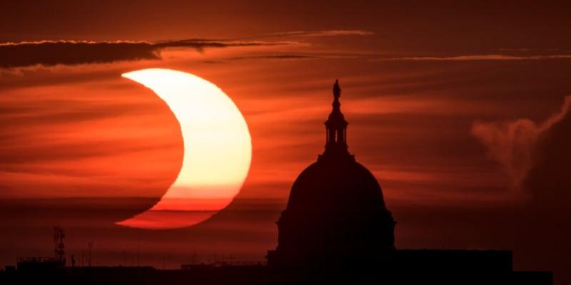 Zatmění Slunce nad budovou Kapitolu ve Washingtonu