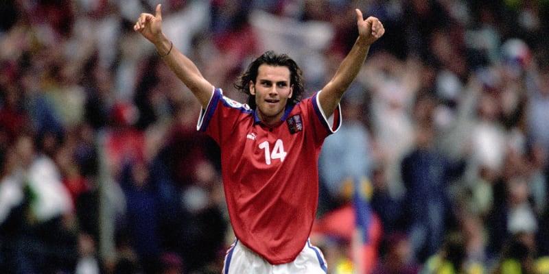 Patrik Berger se raduje po proměněné penaltě ve finále Eura 1996.