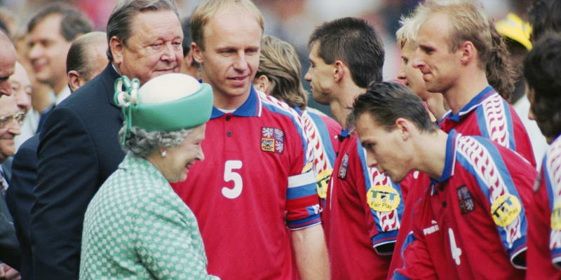 Britská královna Alžběta II. se zdraví s českým národním týmem před finále Eura 1996.