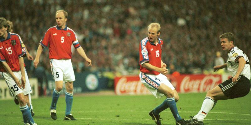 Oliver Bierhoff dává Čechům zlatý gól, který rozhodl, že titul evropských šampionů ve fotbale v roce 1996 získá Německo.