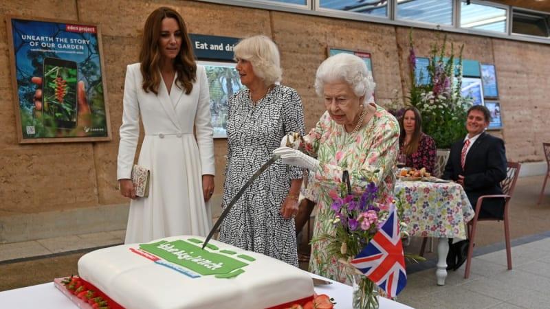 Královna Alžběta ukázala, jak to umí s mečem. Na summitu G7 zbraní rozkrájela dort