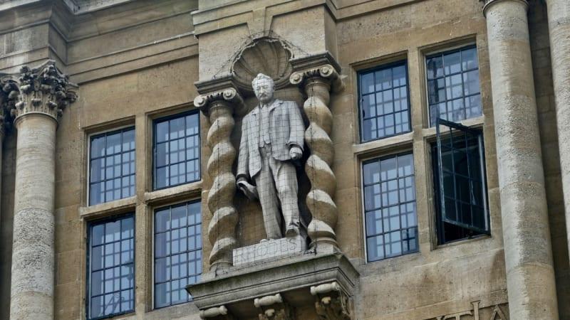 Na Oxfordu stávkuje 150 učitelů. Pobouřilo je, že škola nestrhla sochu kolonisty