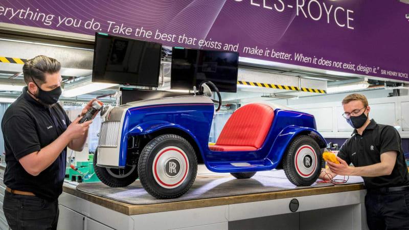 I dětské autíčko potřebuje servis. Rolls-Royce opravil elektromobil pro malé pacienty