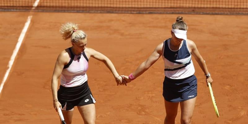 Barbora Krejčíková a Kateřina Siniaková slaví titul na French Open.