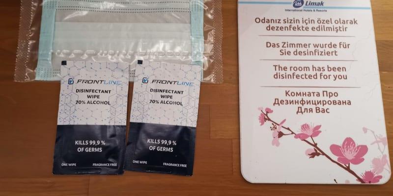 Na hotelích turisté dostanou roušky.