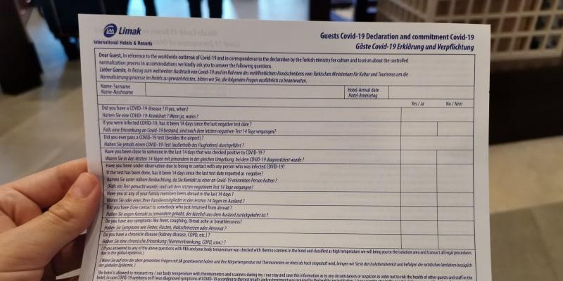 Při příjezdu na hotel člověk musí vyplnit formulář ohledně koronaviru.