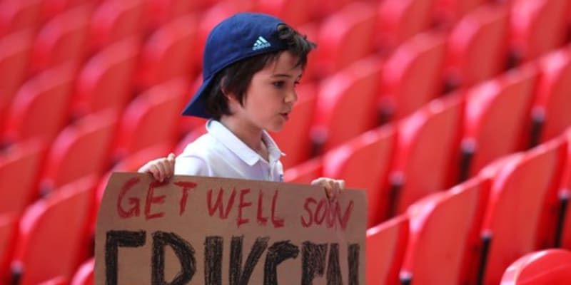 Malý fanoušek Anglie s tranparentem na podporu dánského fotbalisty Christiana Eriksena.