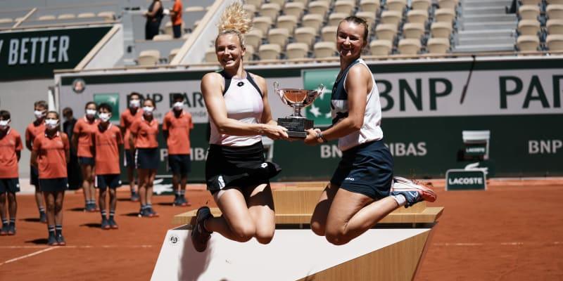 Barbora Krejčíková a Kateřina Siniaková se radují z vítězství.