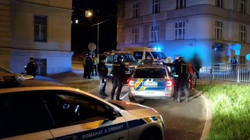Kuriozní nehoda strážníků: Srazili vandala na útěku. Byl opilý, zakopl a promáčkl blatník