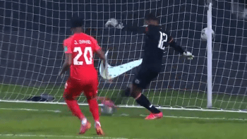 Vlastní gól, který jen tak neuvidíte. Svět baví neuvěřitelná minela brankáře Haiti