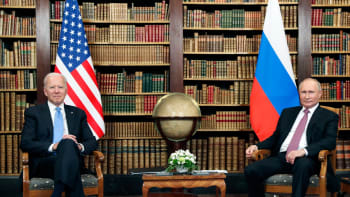 Summit Bidena a Putina: Strnulé úsměvy, pompézní konvoj a pořádné faux pas