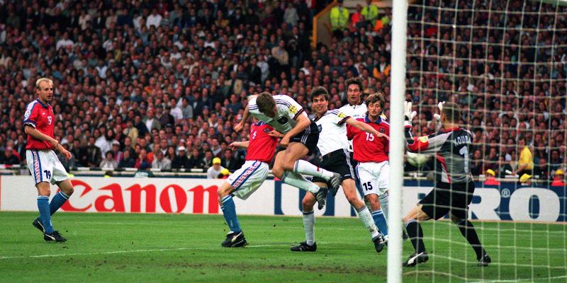 Oliver Bierhoff vyrovnává hlavou po pěti minutách na hřišti finále Euro 1996 ve Wembley na 1:1. Prodlužovalo se.