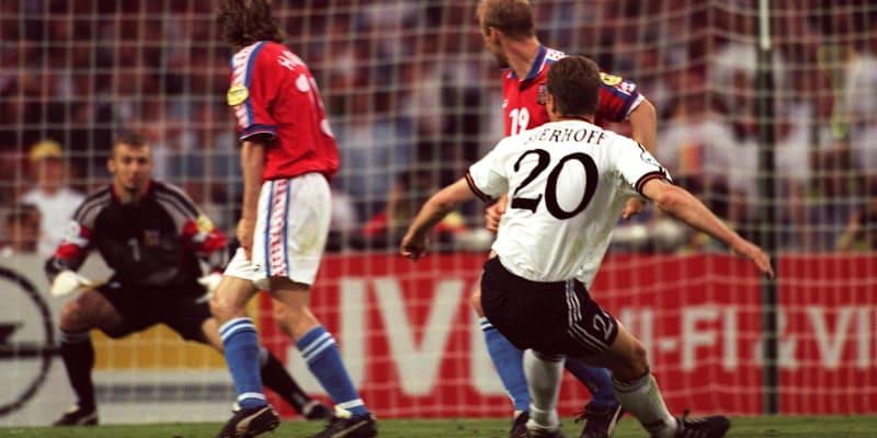 Oliver Bierhoff sleduje, stejně jako čeští fotbalisté Karel Rada, Michal Horňák a brankář Petr Kouba, let míče.