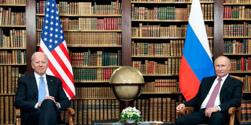 Joe Biden a Vladimir Putin zasedli k jednání ve švýcarské vile.